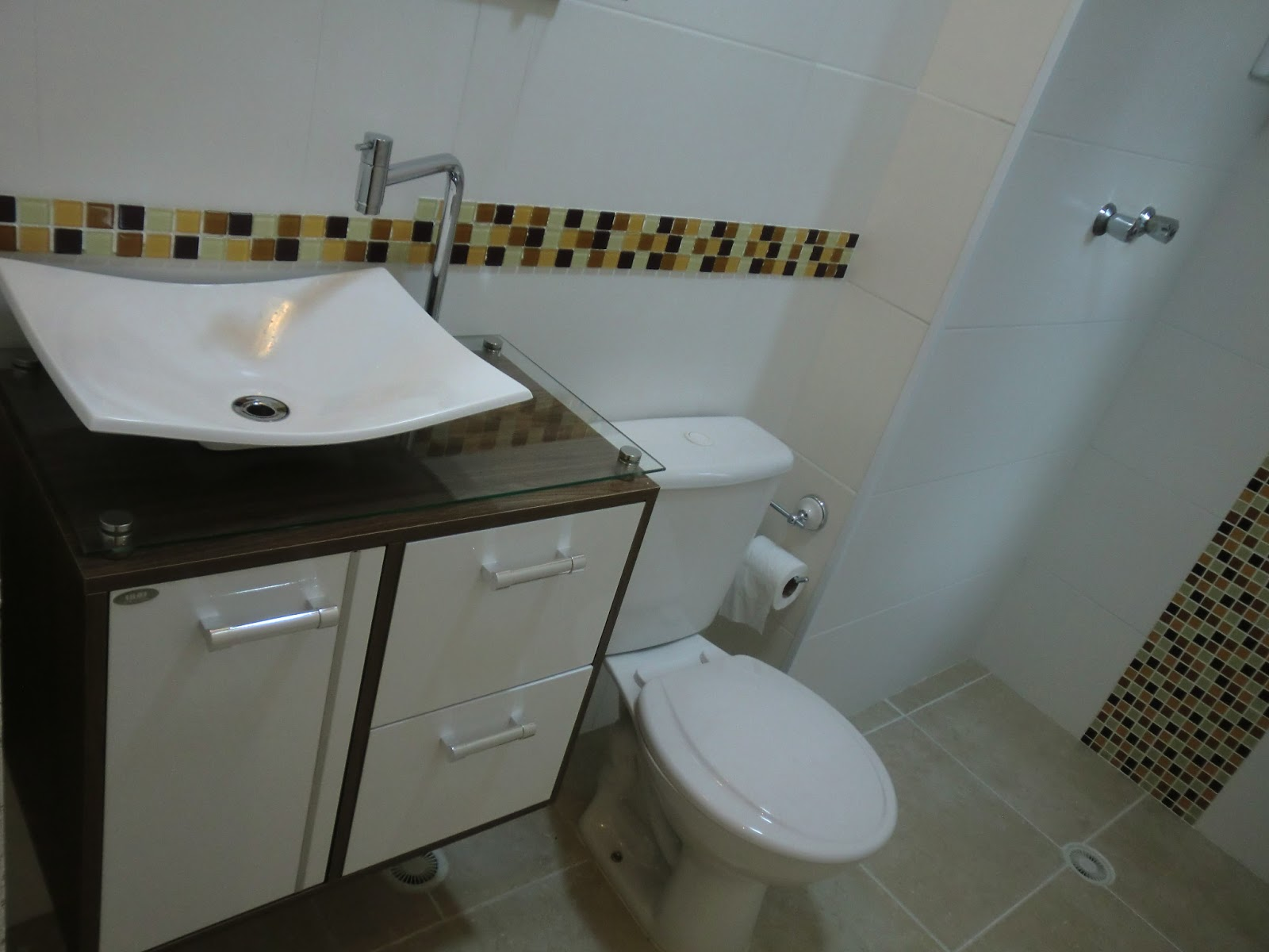 azulejo. Antes e Depois Banheiro Pequeno Reformado com Pastilhas de #595038 1600x1200 Banheiro Com Azulejo Ate A Metade