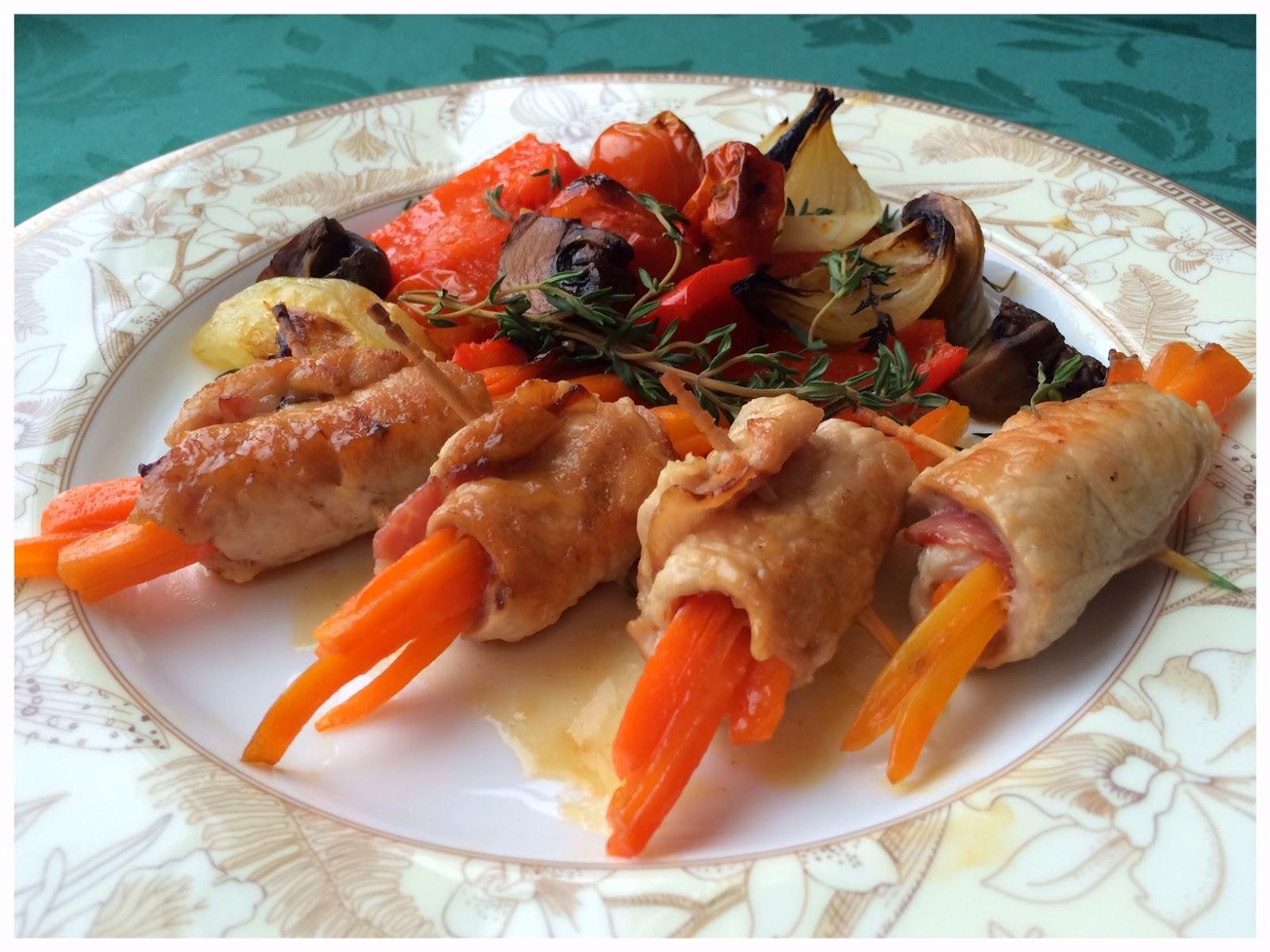 Весенние рулетики из индейки с морковью и гарниром из овощей-гриль, приправленных пикантным маслом с травами