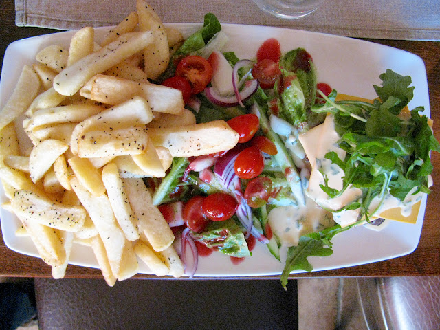 Ravintolan Bruschetassa riittää paljon syötävää. Annoksen leipä on piiloutunut rucola- ja juustovuoren alle.