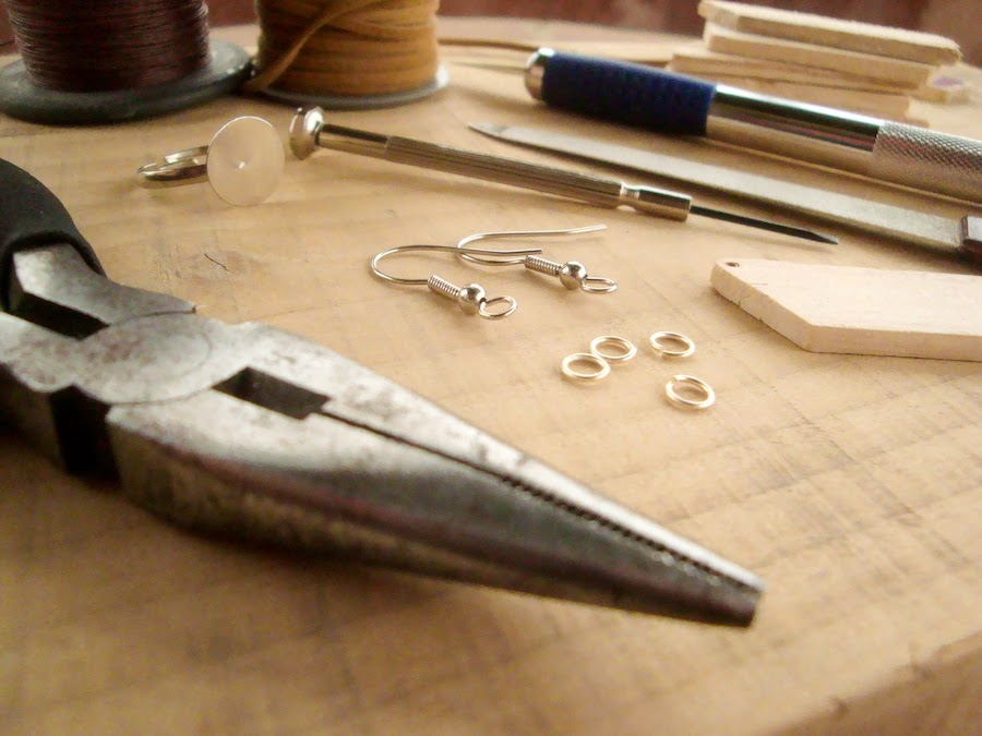 Make your own handmade wooden jewelry with simple tools