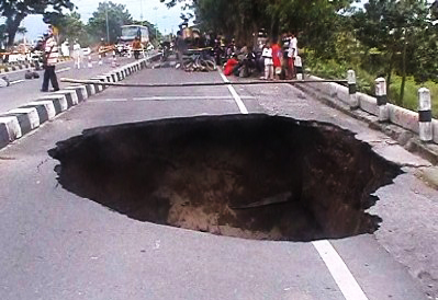 South Ring Road Yogyakarta collapsed with a depth of about 15 meters