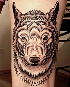 Tatuagens de lobos na coxa