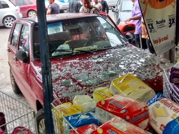 O motorista de um carro de passeio perdeu o controle do veículo e invadiu uma farmácia na segunda-feira (18), na Avenida Marechal Castelo Banco, centro de Teixeira de Freitas, sul da Bahia (Foto: Uinderlei Guimarães/ Sulbahianews)