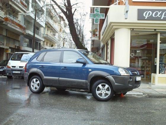 Παρκαρισμένα παντού να ενοχλούν πεζούς και οδηγούς