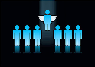 Céu e inferno- representação de humanos comuns e um se elevando ao céu com asas de anjo
