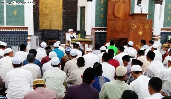 Para jama'ah menghadiri pengajian Tastafi pertama di Mesjid Raya.
