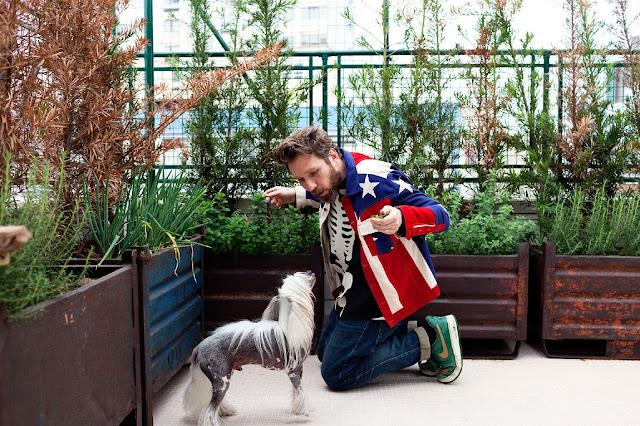 diseñador junto al perro en la terraza