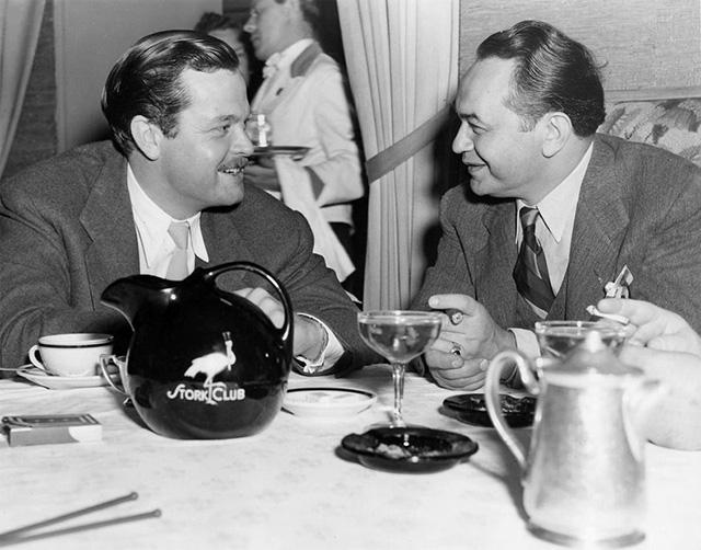 Orson Welles y Edward G. Robinson charlan animadamente en el Stork Club.