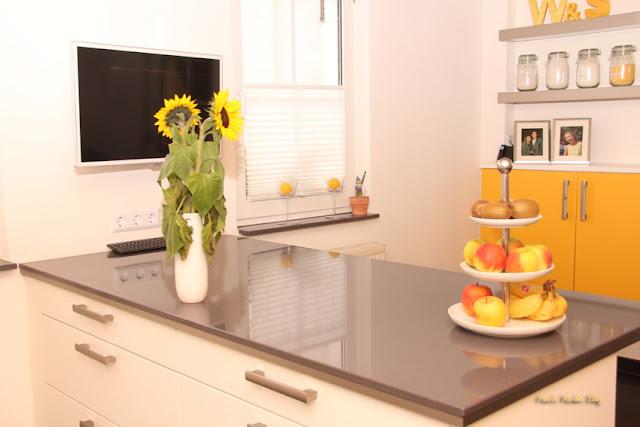 Schüller Küche Gelb, weiß. Beleuchtetes Regal, Plissee Jalousien