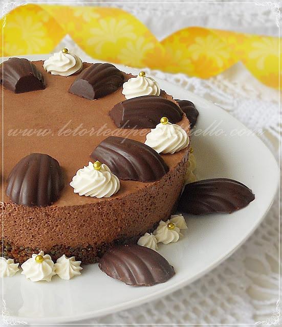 Torta yogurt cioccolato e nocciole fresche