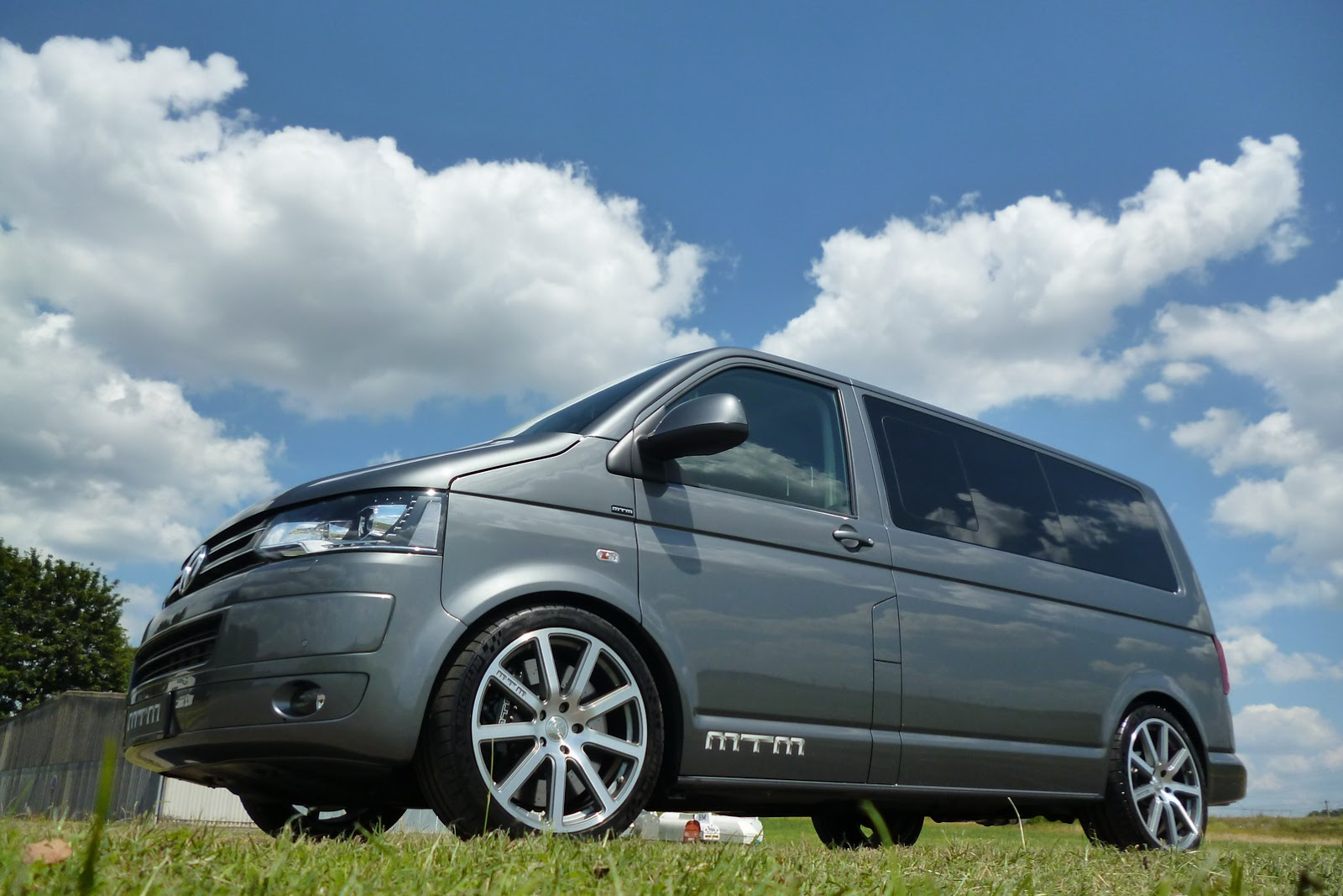 mtm 39 s vw t5 multivan gives you 355hp for 21 250 carscoops. Black Bedroom Furniture Sets. Home Design Ideas