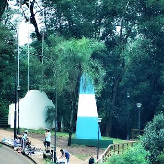 Marco das Três Fronteiras Argentino - obelisco nas cores azul e branca.