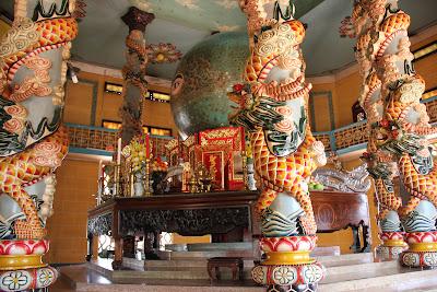 Autel principal Temple de Cao Dai à Tay Ninh