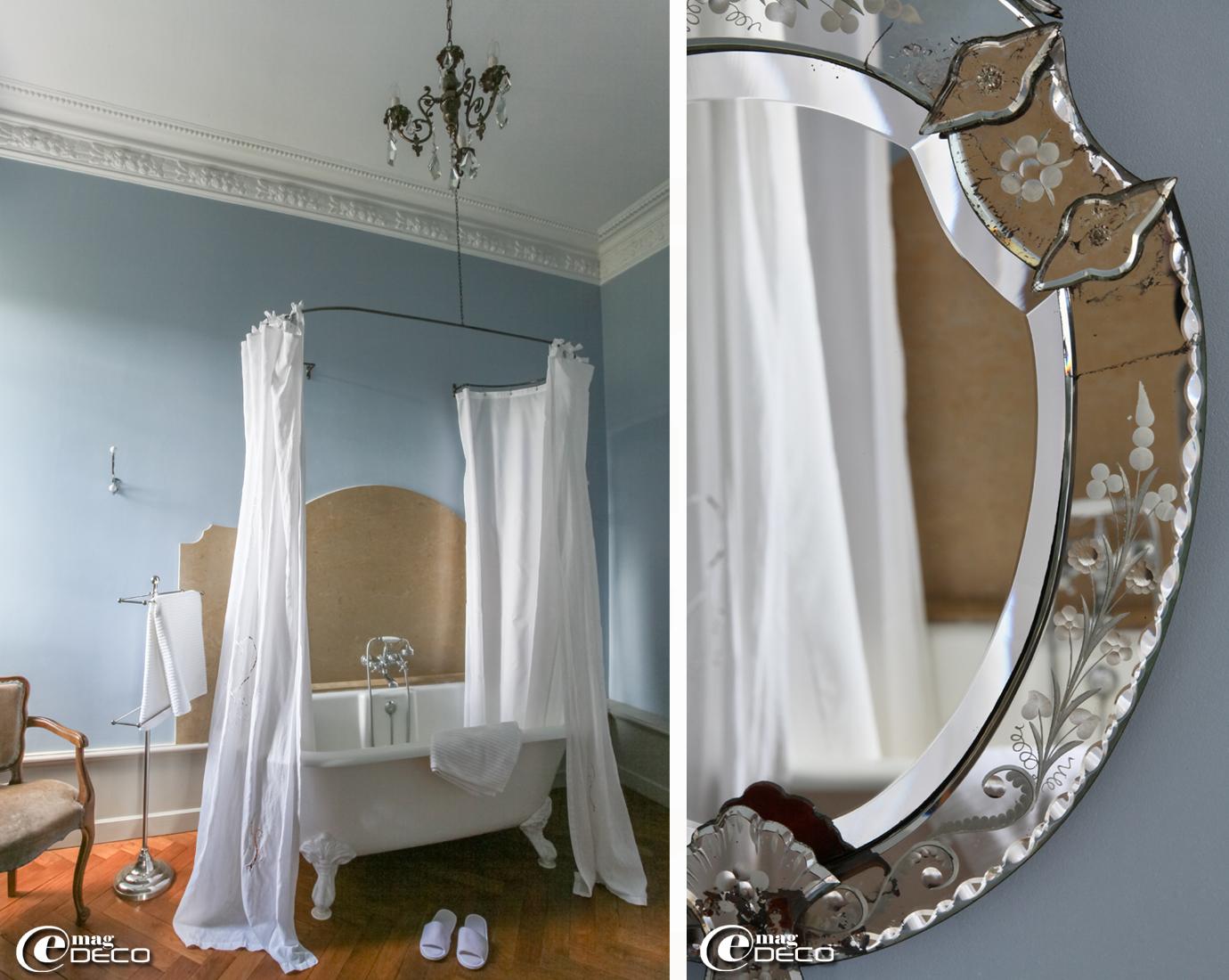 Dans une salle de bains du Château Clément, baignoire en fonte sur pieds 'Victoria & Albert', rideaux de coton 'Blanc d'Ivoire' suspendus à un ciel de baignoire réalisé par le serrurier Jean-Louis Ardeff à Saint-Étienne-de-Fontbellon, porte-serviettes 'Côté Table'