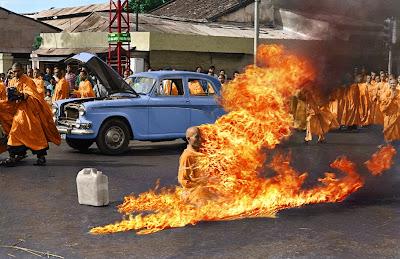 Thích Quảng Ðức durante a auto-imolação. A imagem, uma das mais icônicas do século XX, foi feita pelo fotógrafo da Associated Press Malcolm Browne.Monge vietnamita se suicida botando foto no próprio corpo para pedir o fim da ditadura no Vietnã. ano: