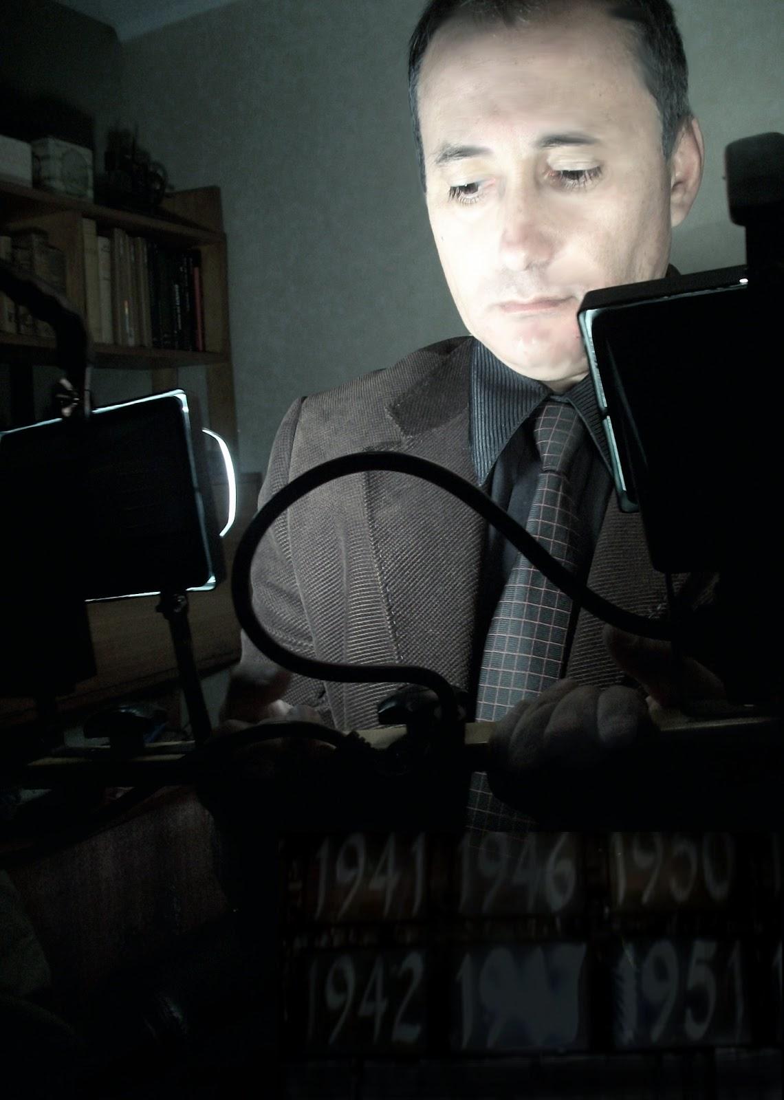 http://3.bp.blogspot.com/-dS5SqzmKfQ4/UVNLLFyO1AI/AAAAAAAAHBw/vwXlelXTINc/s1600/Adolfo+Vasquez+Rocca+_+Camara+de+Cine+Director+_Portrait+Pau++70+.JPG