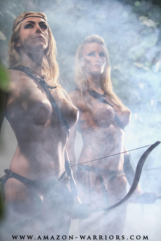 deus jeunes femmes seins nus evoquant des amazones dans de la fumée