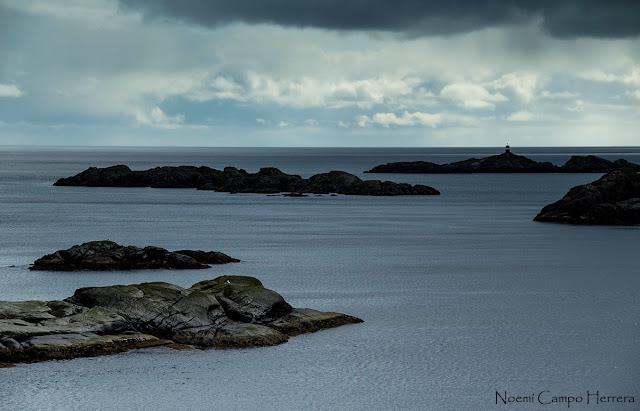 pequeño faro en islas Lofoten