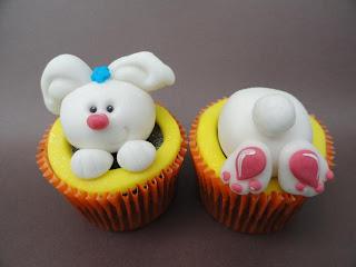 Cupcake de coelho de páscoa escondido
