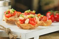Crostini de judías, tomates y gremolata