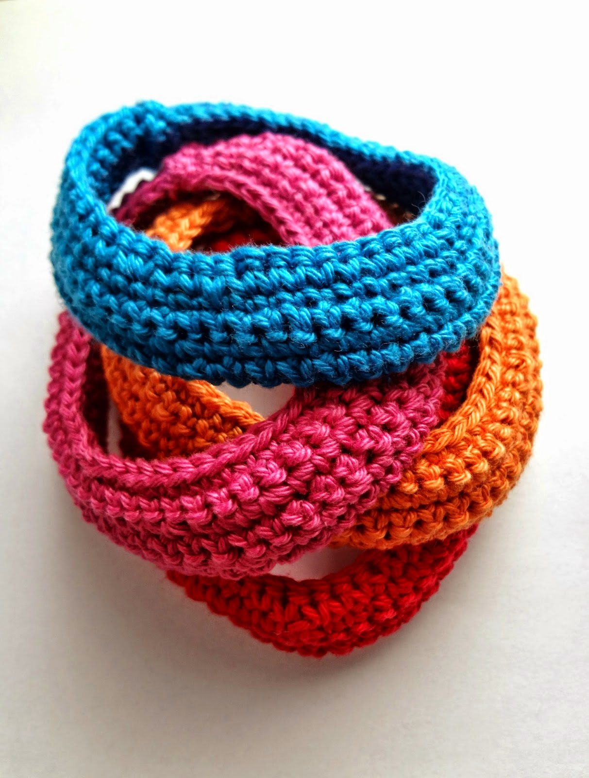 http://thelittletreasures.blogspot.com/2014/06/crocheted-summer-bracelets-free-tutorial.html