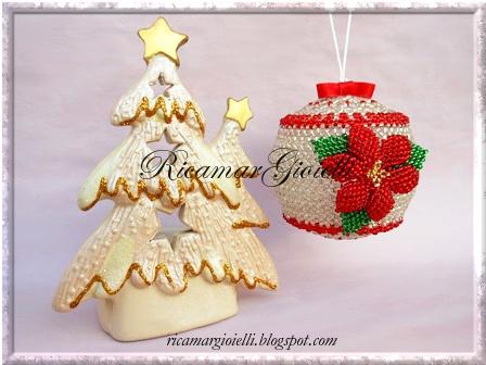 Palla di Natale rivestita di perline con la tecnica right angle weave e decorata con un fiore in peyote