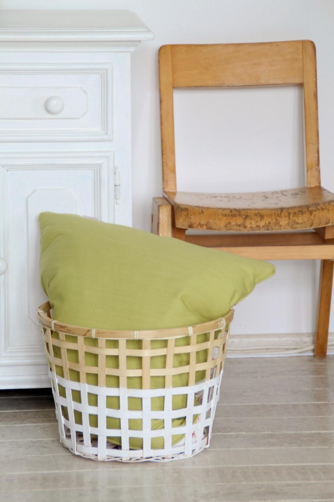 Stilleben mit altem Kinderstuhl und Ikea Gaddis Korb mit grünem Kissen
