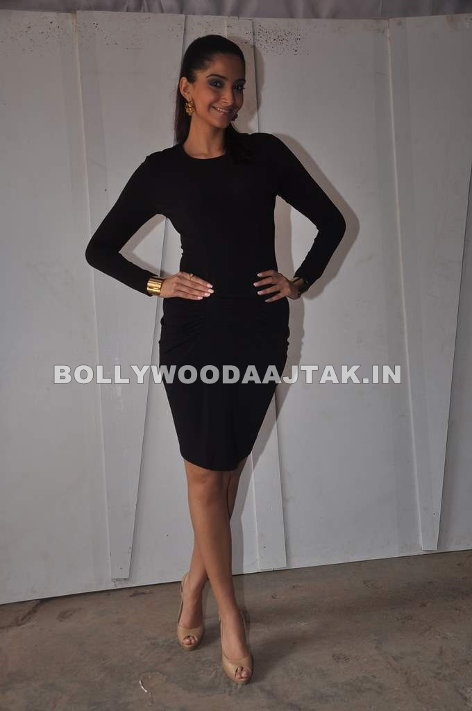 Sonam Kapoor in Black dress1 - Hot Sonam Kapoor in Black Dress on Bigg Boss