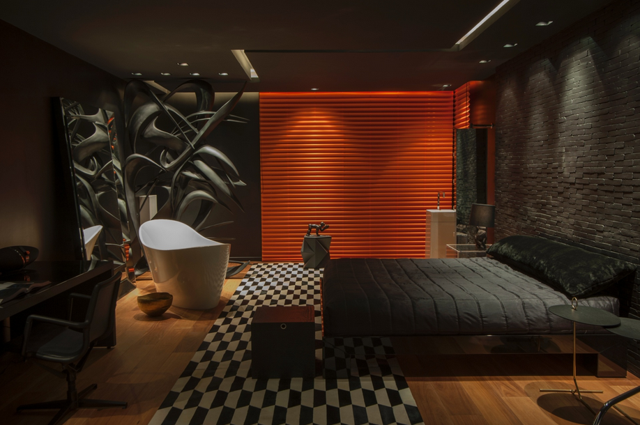 Quarto com base preta  destaque para a cortina laranja e para parede