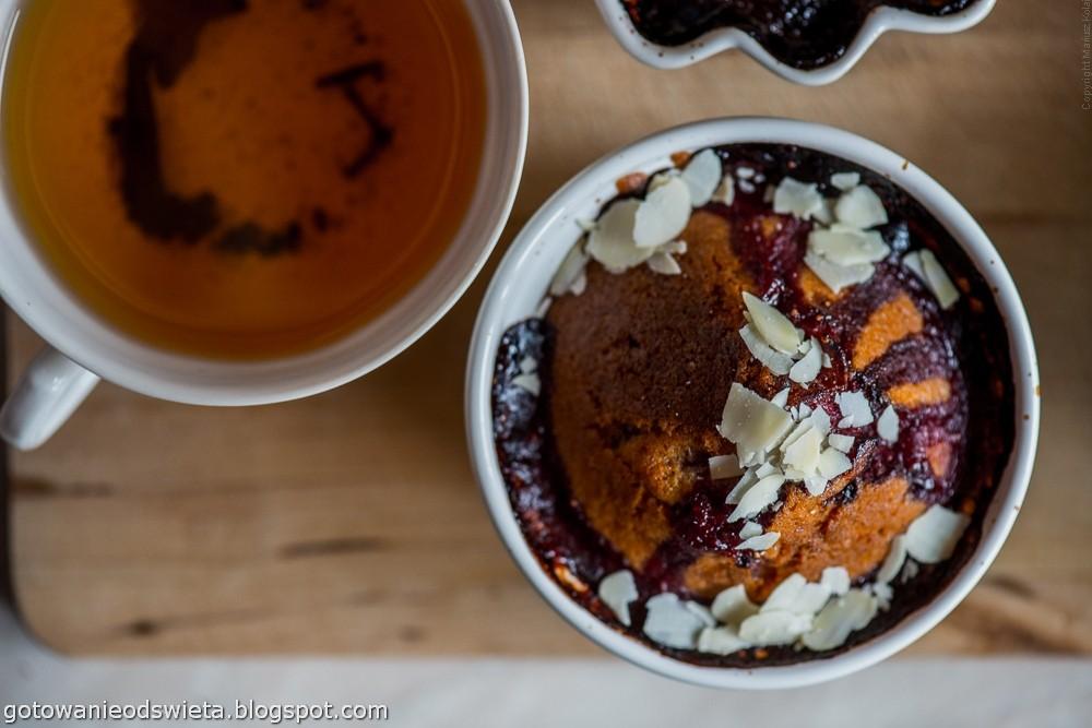 Truskawki zapiekane pod ciastem i herbatką
