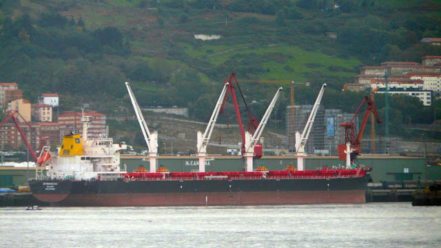 carguero amarrado puerto bilbao
