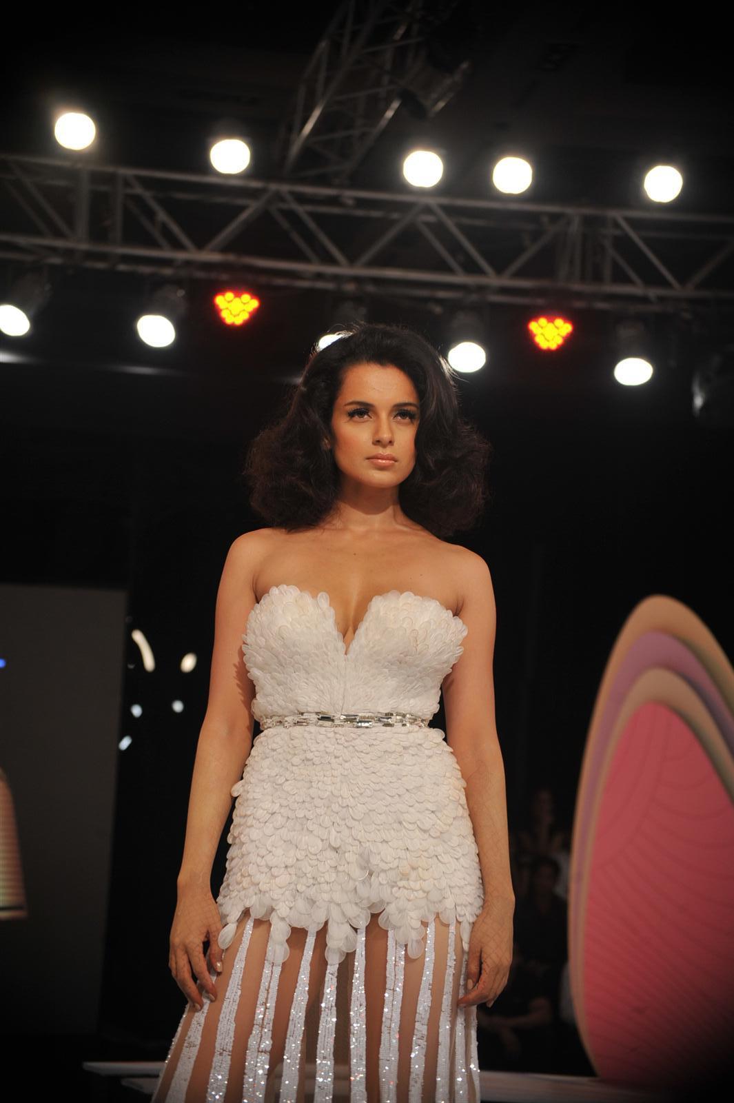 Desi Shotz: Navneet kaur hot bra n panty show!!!