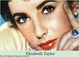Elizabeth Taylor luciendo un anillo de perla negra y unos pendientes de perlas pearls famous wearing