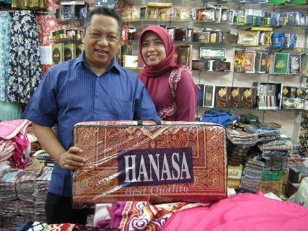 koleksi busana muslim, utamanya kerudung yang menjadi andalan pusat ...