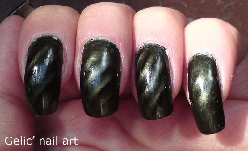 Gelic\' nail art: Dark green magnetic nail polish