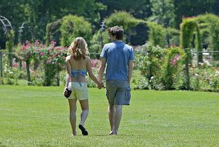 Νεαρό ζευγάρι περπατάει στην εξοχή