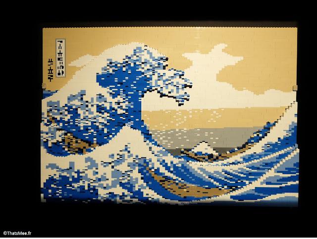 """peinture """"Sous la grande vague au large de la côte à Kanagawa"""" de Hokusai en Lego by Nathan Sawaya expo The Art Of Brick Porte de Versaille Paris"""