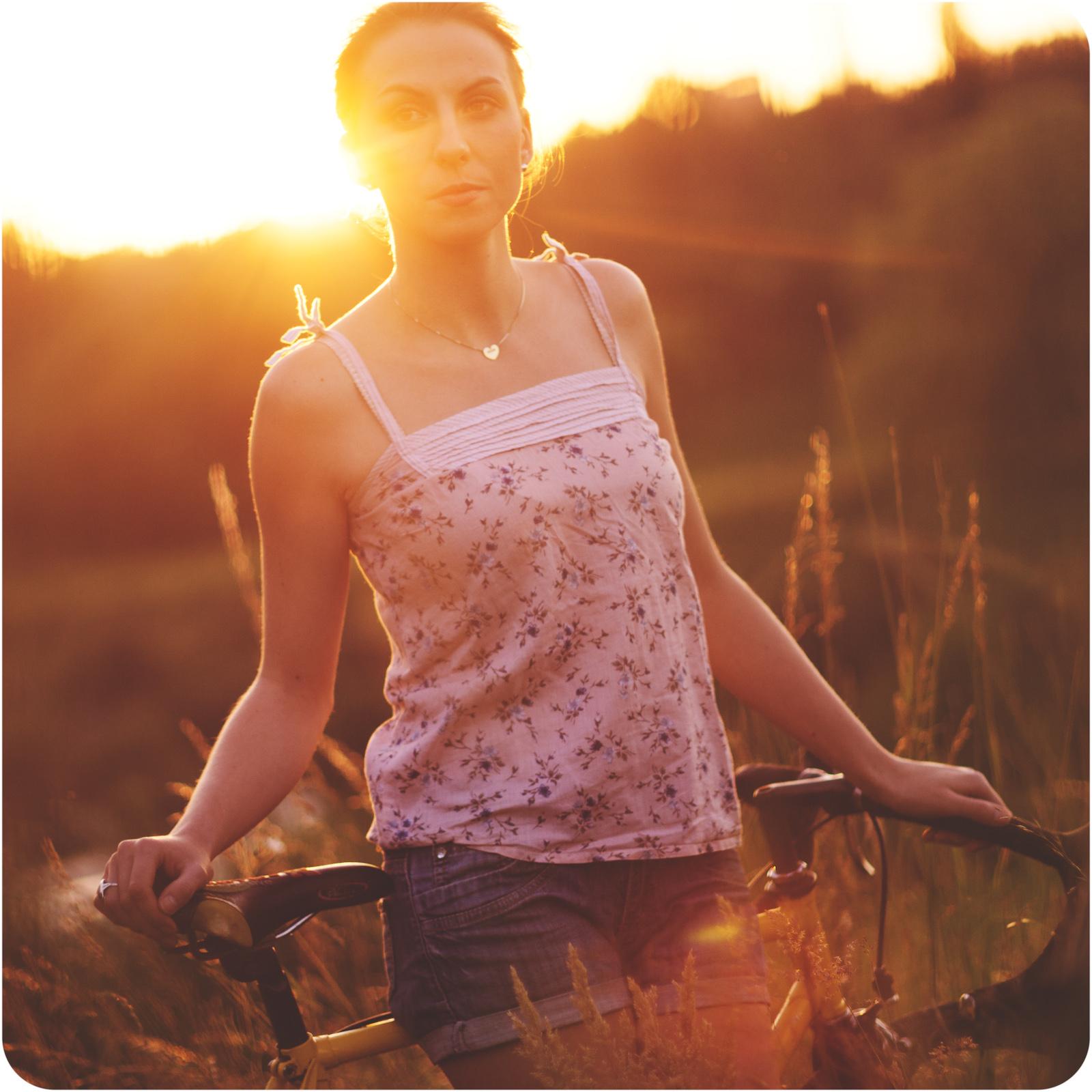 Fotografia portretowa. Portret dziewczyny z rowerem. fot. Łukasz Cyrus, Ruda Śląska.
