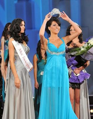 Ромина Андонова сваля короната си, за да я даде на новата Мис България Ваня Пенева