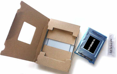 CSSD-S6T256NHG6Q 梱包材から、SSDとネジを取り外し  ネジは合計 8 本入っていることが確認できる