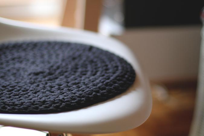 Em aime black white love coussin noir en crochet - Coussins ronds pour chaises ...