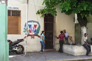 Unos 10 reclusos preventivos se fugaron la madrugada del miércoles de la cárcel preventiva de la sede de la Dirección Regional Norte de la Policía Nacional, en Puerto Plata.