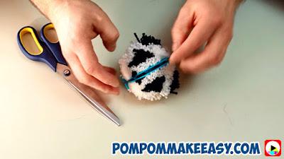 поделки из помпонов игрушка Панда