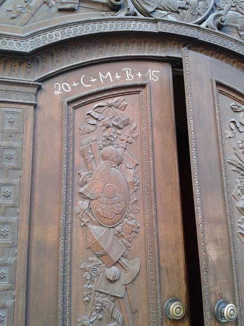 Texto en la puerta de la catedral de Munich