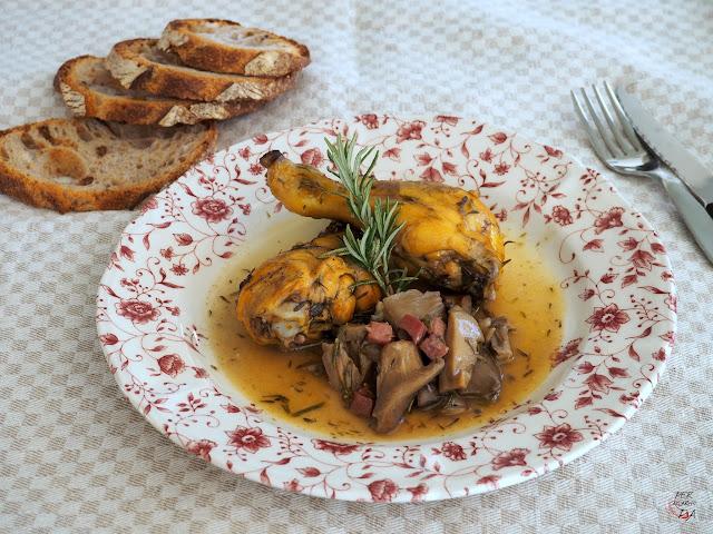 Fricasé de pollo al estilo Gordon Ramsey, con gírgolas, hierbas aromáticas, jamón, brandy y caldo de pollo.
