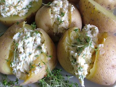 Ziemniaki w mundurkach z wiosennym twarożkiem