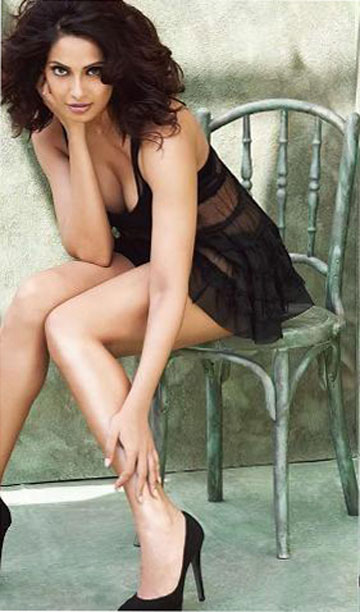 bipasha-basu-sexy-legs-little-black-dress