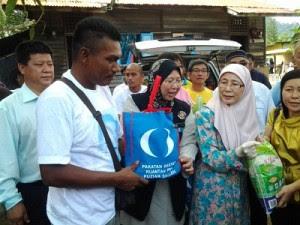 Satu kampung terharu terima bantuan banjir dari Wan Azizah