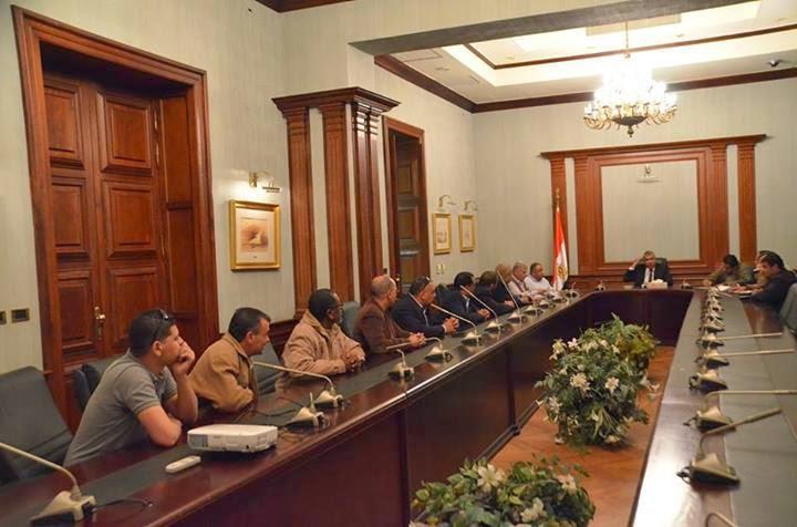 المحافظ مع ممثلين عن عمال البريد بالإسكندرية