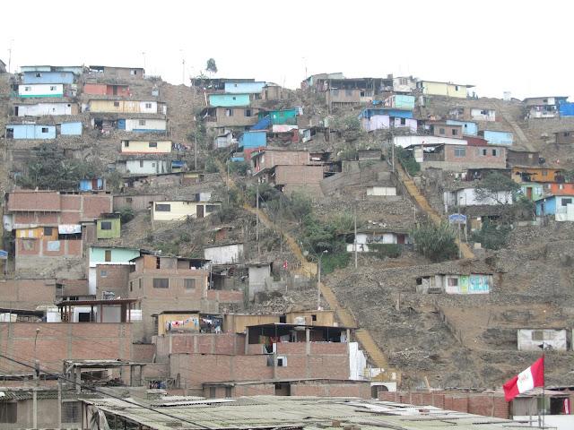 pobreza y bandera peruana